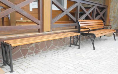 Скамейки у дома